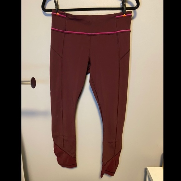 Burgundy lululemon tight, cropped